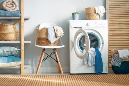 Waschmaschine, Wäsche, ordentliches Regal in blau