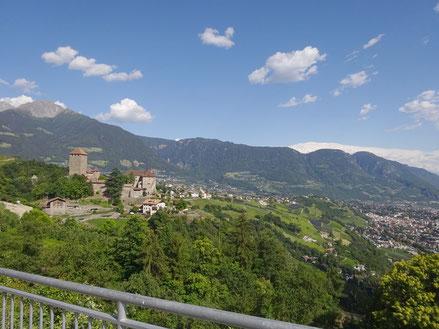 Bild von Dorf Tirol mit Schloss Tirol und Ifinger. Text bezüglich Unterkünftsmöglichkeit in Dorf Tirol
