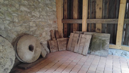 Blick auf zwei historische Mühlensteine