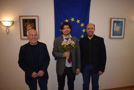 Referent Michael Medzech (m.) mit dem SfE-Vorsitzenden Gerd H. Niemeyer (l.) und seinem Stellvertreter Alexander Niemeyer (r.) (© Stockhausen für Europa)