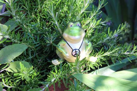 Rostkronen mit Moos und Ahornlaub herbstlich dekoriert