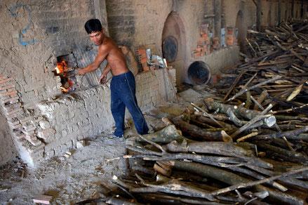 Un Cambodgien travaille dans une manufacture de briques près de Phnom Penh, le 11 décembre 2018 (AFP TANG CHHIN Sothy)