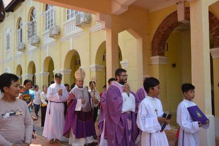 Procession au columbarium après la messe de commémoration des défunts (9/10/2018)