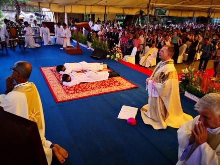 Prostration lors de la messe d'ordination.