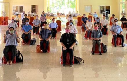 """""""Réunion"""" des prêtres du Vicariat apostolique de Phnom Penh... tous avec nos beaux masques, cadeau de l'évêque, fabriqués par une entreprise sociale."""
