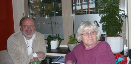 Gründer der Initiative für mehr Menschlichkeit Schluss mit Hass, Irmela Mensah-Schramm (re) und Mathias Tretschog (li)