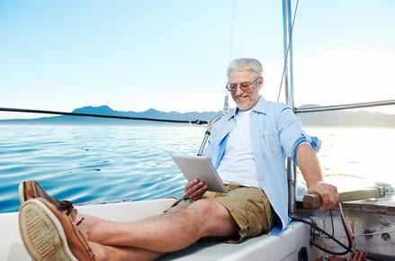 Geschäftspost auf dem Boot lesen