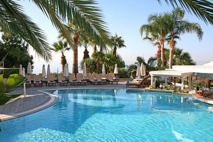 Der Pool des Mediterranean Beach Hotels