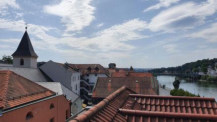 Blick von der Dachterrasse vom Hotel auf Altstedt und Donau