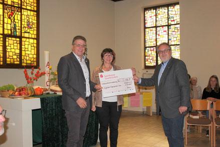 Spendenübergabe beim Erntedankgottesdienst von rechts nach links Jörg Adamn Mitglied des Presbyteriums, Hanna Schmitt, Klaus Schmitt, beide IOS