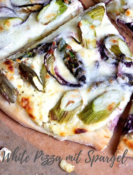 weiße Pizza mit grünem Spargel