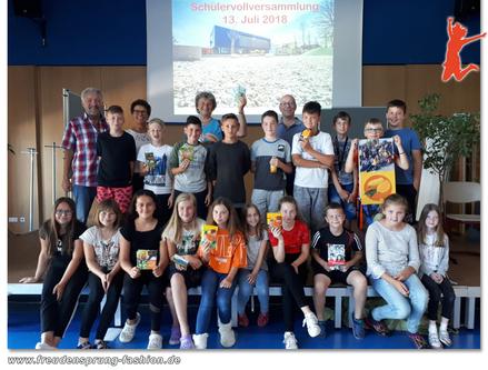 Die SchülerInnen der 5. Klasse von der Mittelschule Freilassing übergeben Rosi Pscheidl 500.- Euro für die Preda Foundation.