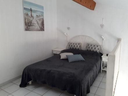 Ferienwohnung in Gruissan Les Ayguades - offene Schlafempore (Bett - 140x190) mit Treppenaufgang