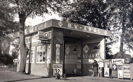 ARAL-Tankstelle am Dreikaiserhaus in Burg (1950er Jahre) (HVL Archiv / Fa. Kranz)