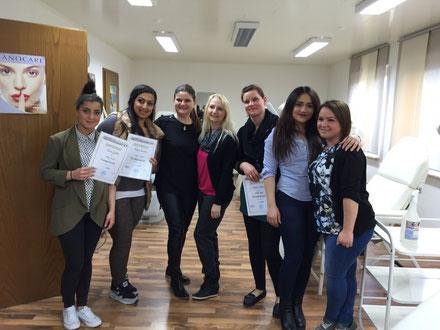 Teilnehmerinnen, Dozentin und Schulleitung(Mitte) des Visagistik Seminars Fj. 2015 an der Kosmetikschule Siegen
