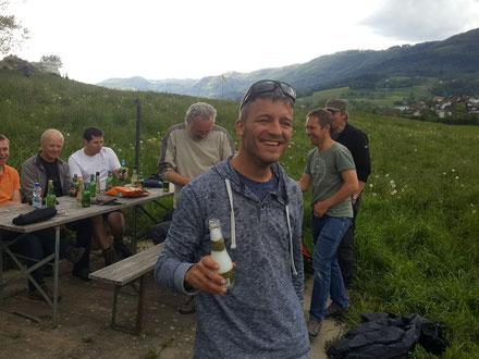 ... und Oli, der sich stellvertretend für Yves an der Champagnerdusche beteiligt.