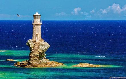 Faro Tourlitis, puerto de Chora, isla Andros, Cícladas Grecia.