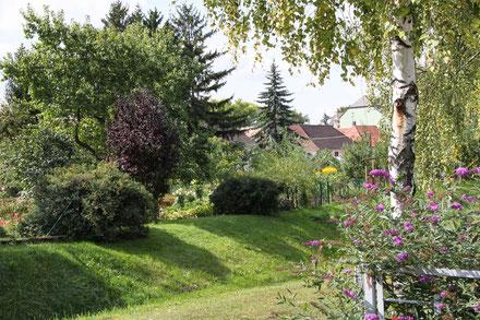Der Landbach fließt durch die Gartenlandschaft
