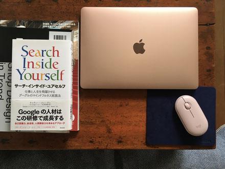 パソコン新調しました!ずっとシルバー系だったので、気分転換にゴールドに。ピンクがかっててかわいい。最近読んだばかりの本はマインドフルネスについて、それ関係のイラストを描くため