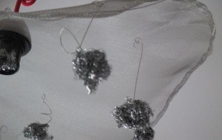 suspension lustre en voile d'inox style capeline avec pendentifs en spirales d'inox