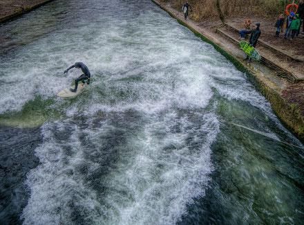 Surfista en la ola de surf del Eisbach, Englischer Garten