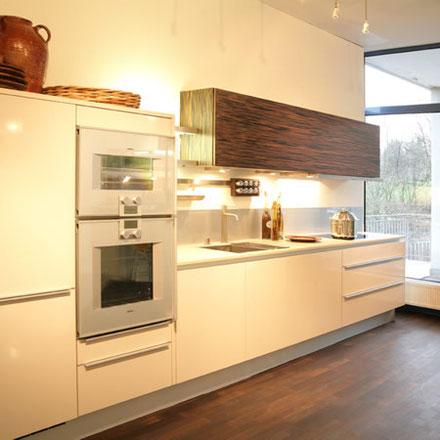 cucina in multistrato bianco opaco e zebrano
