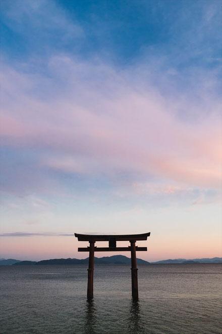 滋賀県琵琶湖「白髭神社」の夕暮れ時の鳥居