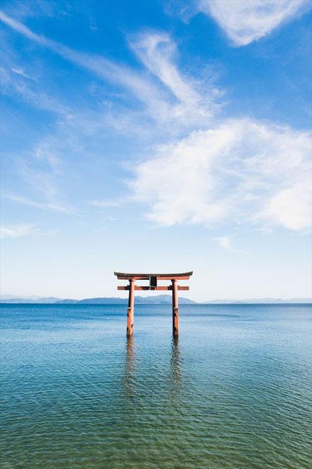滋賀県琵琶湖「白髭神社」の青空と鳥居