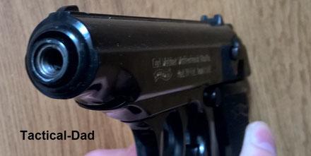 Bei dieser Walther PP in 9mm PAK sieht man deutlich, dass der Lauf versetzt ist zum Patronenlager. Wenn man den Lauf aufbohrt kann man daher kein Geschoss daraus verschießen.