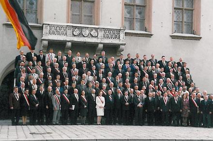 """Gruppenbild der teilnehmenden deutschen und französischen (mit der Trikolore-Schärpe)  Bürgermeister während des """"Französischen Frühlings in Bayern"""" 1997 in Landshut"""