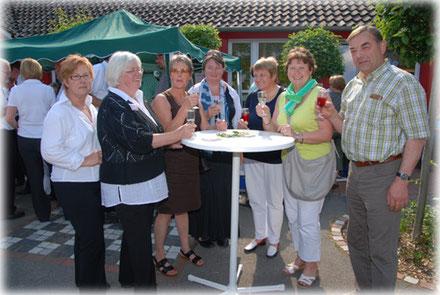 Bild mit einzelnen Gästen am Getränkestand mit Hollergetränken