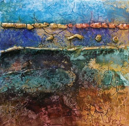 Een vierkant schilderijtje met craquelé structuur e. De kleuren licht en donkerblauw vormen twee banen boven aan, gescheiden door een dikke gele rand. Onder overheersen de kleuren bruin en donkergroen.
