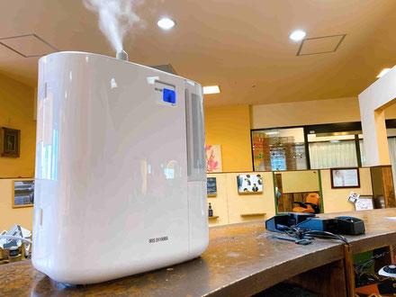店内で次亜塩素酸をサーキュレーターで噴霧しています。