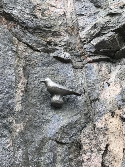 誰の仕業?断崖絶壁に鳥。アパートのブロック塀につけてもいいかもしれません