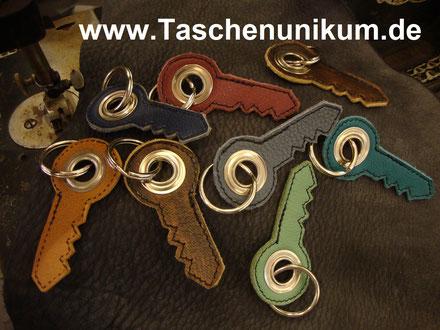 Bild: Schlüsselanhänger aus echten Leder in Form eines Schlüssels in verschiedenen Farben
