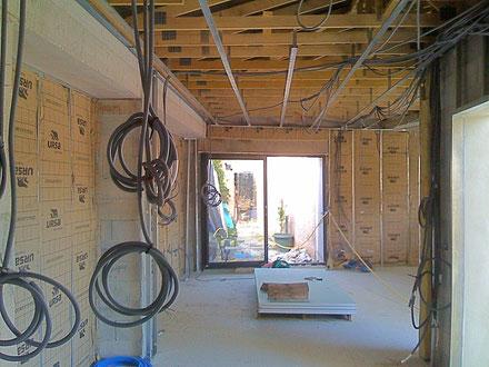 Distribution des gaines électriques dans le doublage en placoplatre maison à Roquefort-la-Bedoule