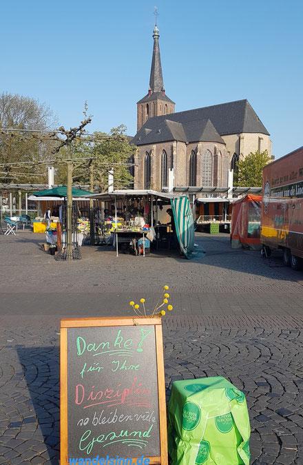 Wochenmarkt Geldern mit Blick auf St. Maria Magdalena