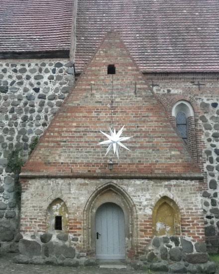 Seiteneingang St.Laurentius-Kirche Cammin mit Weihnachtsstern