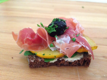 Röstbrot mit gegrillter Zucchini, Parmaschinken und Olive
