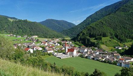 Das sehr kleine, ruhig gelegene Dorf Lüsen