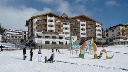 Übungs-Skihang direkt hinter dem Hotel