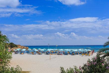 Am Strand gibt es viele Sportmöglichkeiten (Beach-Volley, Pedal...)