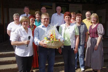 Der Vorstand gratuliert Werner Jung 2010 zum 25-jährigen Jubiläum als Chorleiter