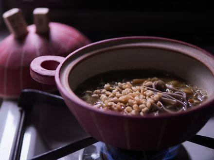 昨晩の残り白菜の水炊きにカレー粉とそばつゆ入れて土鍋でカレーそば