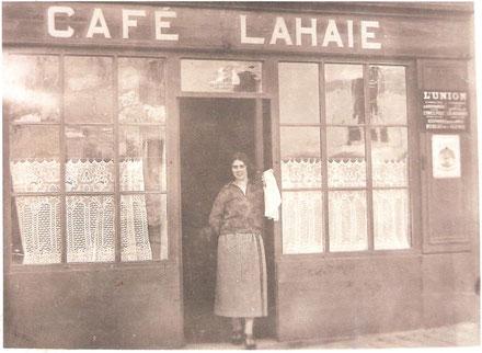 Café LAHAIE à Savenay avec sa propriétaire en 1944