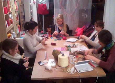 élèves, bobines, cours du soirs, DIY, loisirs créatifs, école de la maille de paris, aiguilles a tricoter, crochet, laine, fils