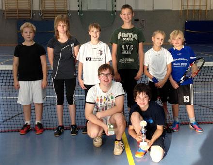 Knieend der Sieger Tobias Meyer (re) und der Zweitplatzierte Alexander Geid (li)