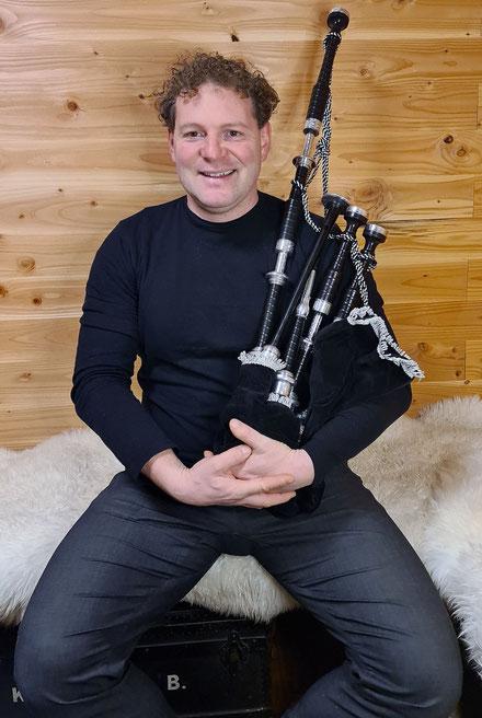 Matthias Colombini Dudelsack Lehrer in Basel mit dem schottischen Dudelsack in der Hand
