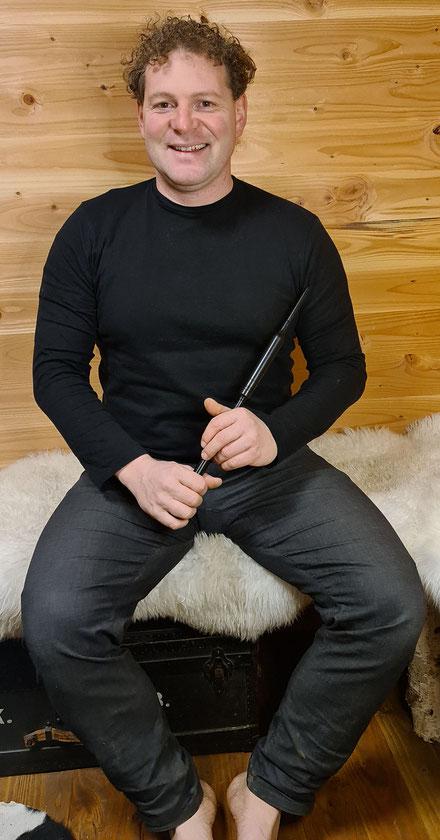 Matthias Colombini Dudelsack Lehrer in Basel mit der Übungsflöte / Practice Chanter für den schottischen Dudelsack in der Hand