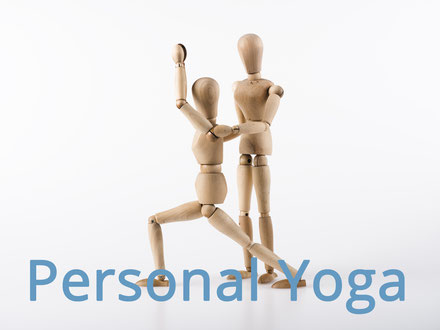 Eine Yogaschüler wird vom Yogalehrer in einer Übung unterstützt. Bild C. Schuessler/Fotolia